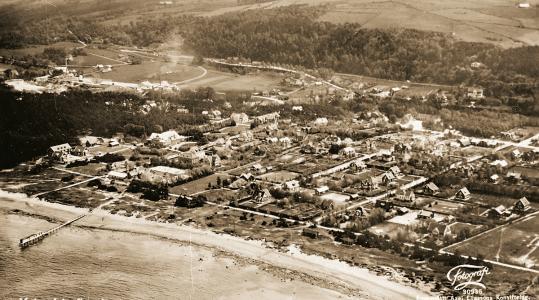Flygfot över Malen förmodligen från början av 30-talet. Till vänster på bilden syns kalkfabriken med kalkgraven som nu är Öresjön. Under kalkfabriken syns Malens Havsbad. Längre till höger syns den plats som blev Malens torg 1937. Till höger uppe på åsen ligger Malens Terrass med sin bedårande utsikt.