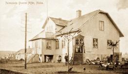 Villa Liljeborg i hörnet Köpmansgatan/Allevägen vid Malens torg. Här som Palmquists speceri- och diversehandel. Byggdes 1904. OBS! Hönsen ute på trottoaren